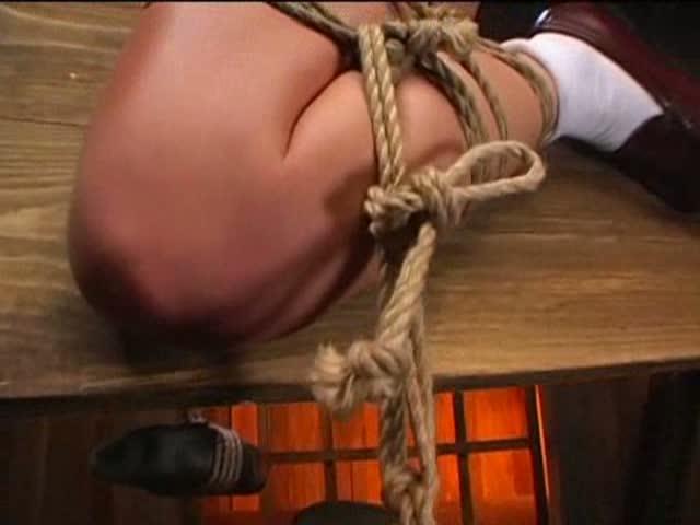 真冬の拷問部屋で三角木馬の上に緊縛で吊るされた星月まゆら。両足には石を重りとして結ばれマンコに木馬の角が食い込み必死に我慢するのを楽しむ放置プレイ。