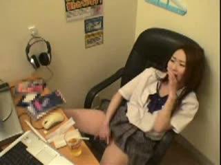 盗撮されている事に気づかずにネカフェで手マンオナニーをして性欲を満たしている女子校生。
