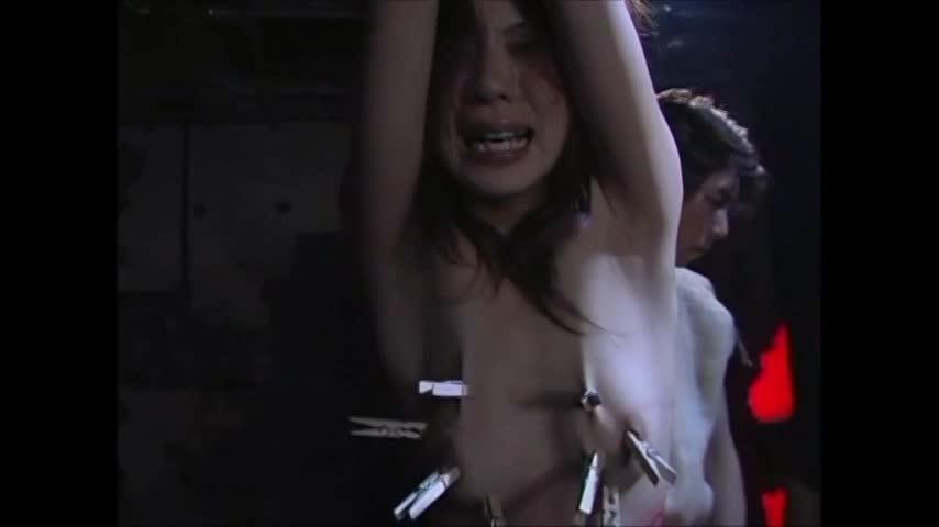 泣き叫ぶ女性を鞭打ち★痛々しいあざが残るその身体へ更に洗濯バサミで虐める★